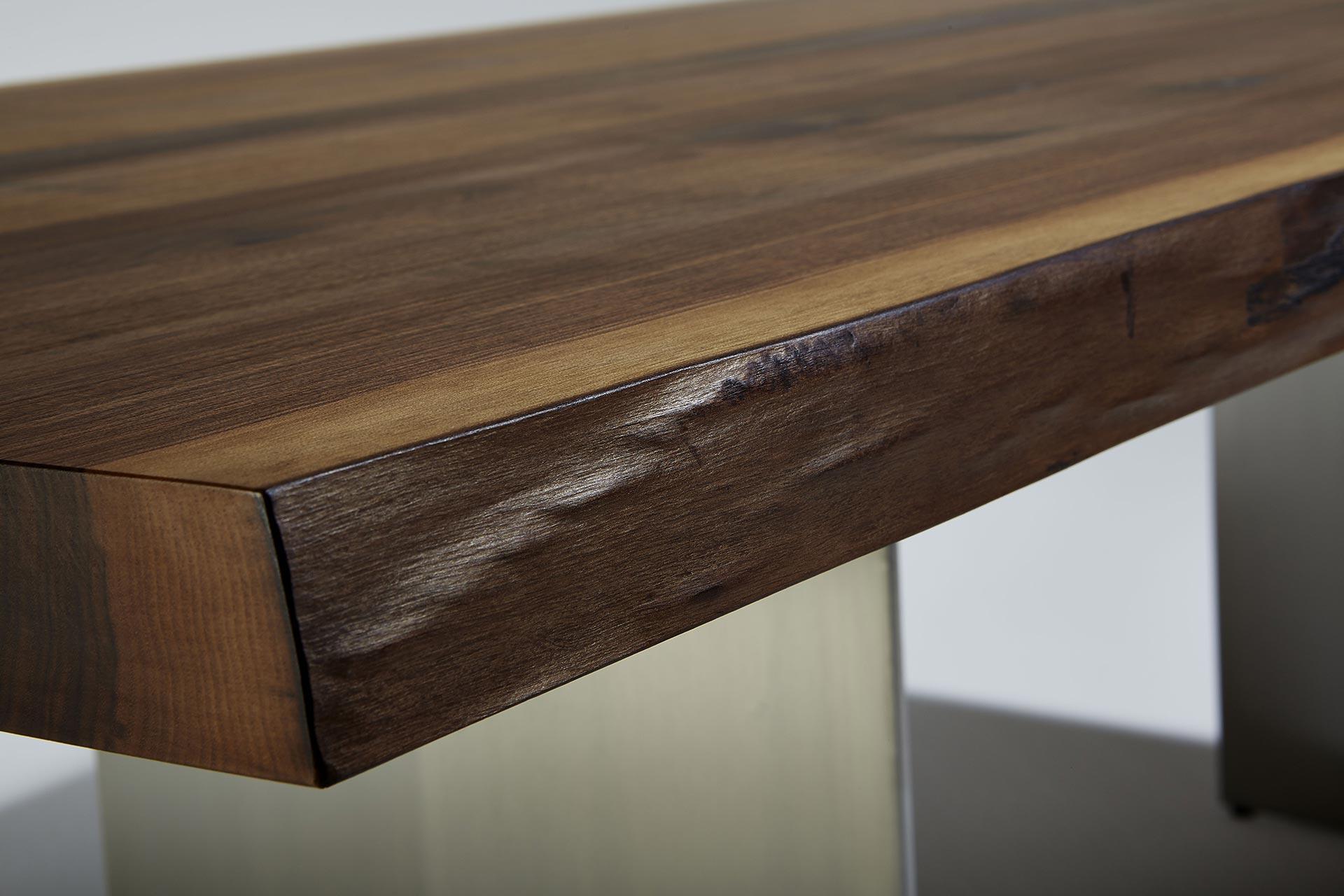 Esstisch Baumkante Nussbaum Rautenfüsse Detail