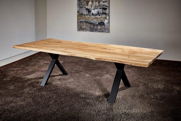 Baumkanten-Esstisch Eiche hell natur Tischbeine schwarz hochwertige Fertigung nach Mass